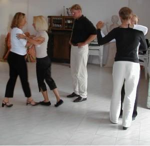 Tangokurs? Das erste an was die meisten wohl denken ist ein Tangokurs in einem Tangostudio, wo ein Tangolehrer oder eine Tangolehrerin ihren Schülern Tangoschritte erklären.