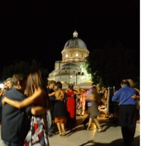 Tango in Italien. Wohin geht man in Italien zum Tango tanzen? Zum Beispiel zur sommerlichen Open Air Milonga in Todi, mit der Bramantekirche als spektakulärer Kulisse.harmonisch Tangotanzen in der Ronda