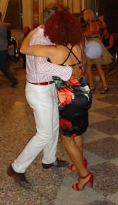 Und jetzt? Was mach ich bloß? Dauernd, die echten oder vermeintlichen Fehler der Männer zu korrigieren ist schwer und selten von Erfolg gekrönt. Die gute Nachricht: Beim Tango ist es oft gar nicht nötig.