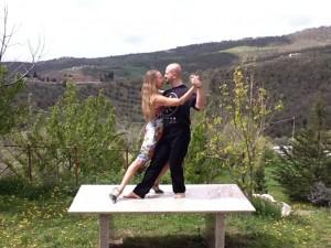 Tangokurs La Rogaia, Tango mit Aussicht auf der wahrscheinlich kleinsten Tanzfläche von La Rogaia