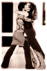 """Bühnenauftritte mit der legendären Show """"Tango Mujer"""", oder Tango tanzen auf der Tanzfläche, - Brigitte Winkler weiß wie es geht. Und - sie kann Dir mit ihrer langen Tanzerfahrung zeigen, wie Du dabei für Deinen Körper schonend, entspannt tanzt und Schmerzen vermeidest."""